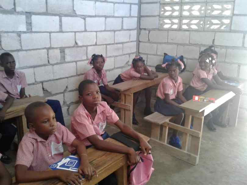 School children in Grande Saline attend computer literacy class.